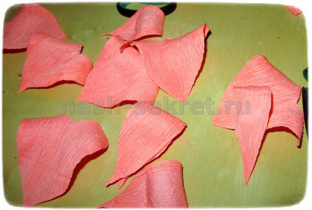 Лепестки розы из гофрированной бумаги