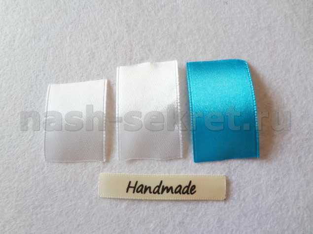 полосы белой и бирюзовой атласной ленты шириной 2,5 см