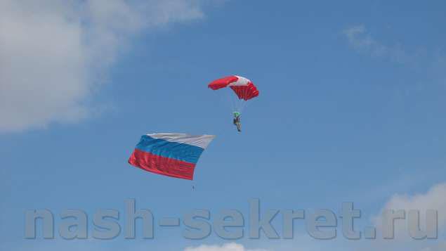 парашютист с флагом