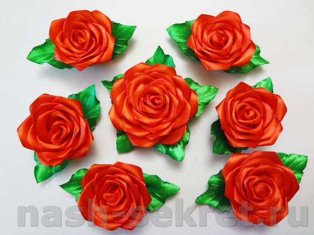 Симметрично декорирована 7 цветами