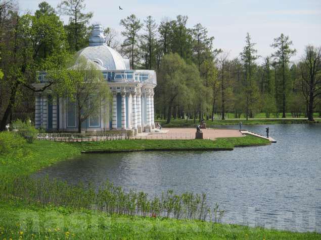 """Павильон """"Грот"""" на большом озере"""