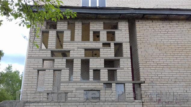 Алфавит в кладке стены