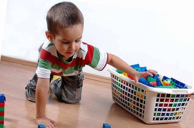 ребенок убирает игрушки картинки