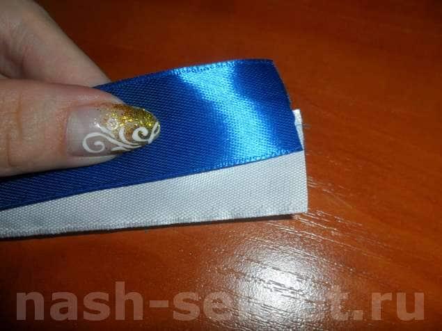 Складываем белую и синюю ленту